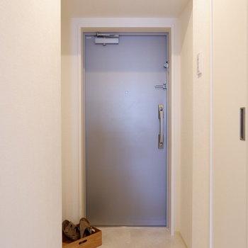 玄関スペースもしっかり確保されています。※写真は7階の反転間取り別部屋のものです