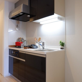 キッチン横には冷蔵庫を。※写真は7階の反転間取り別部屋のものです