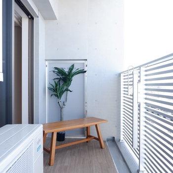 バルコニーゆったりでベンチもおけます。※写真は7階の反転間取り別部屋のものです