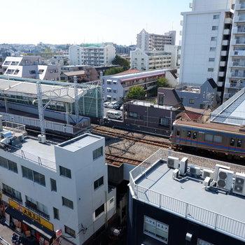 下を見ると蓮根駅。※写真は7階の同間取り別部屋のものです。