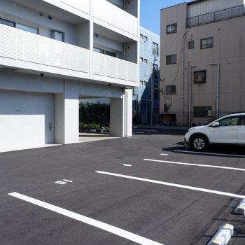 駐車場は建物裏に。