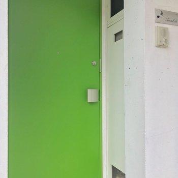 コチラ共用部からみた玄関。鮮やかですな
