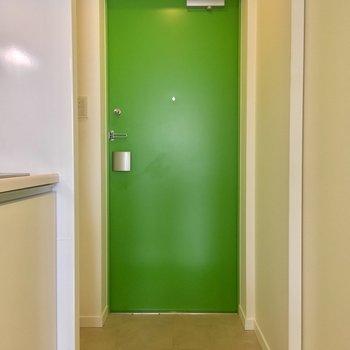 玄関はイエローグリーン!爽やか