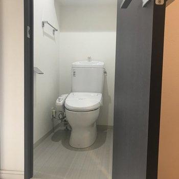 トイレは個室。上には収納棚が◎※写真は前回募集時のものです。