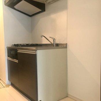 こちらはキッチン。冷蔵庫と電子レンジも置いたりしてみて※写真は前回募集時のものです。