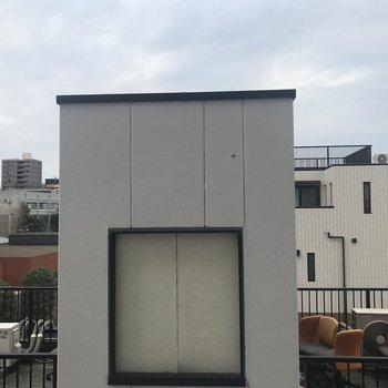 真正面から見た眺望。お隣の屋上が見えます※写真は前回募集時のものです。