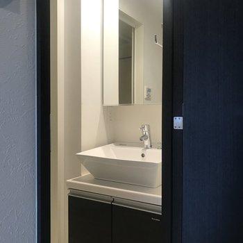 キッチンの向かいの扉を開けると、綺麗な独立洗面台が※写真は前回募集時のものです。