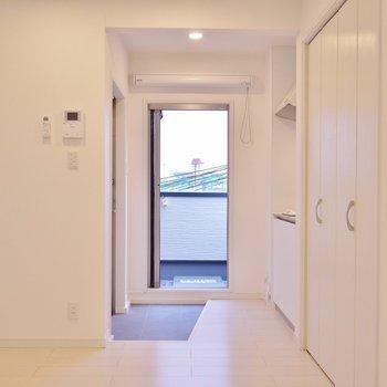 白を基調にシンプルで温かみのあるデザイン。※写真は301号室のもの