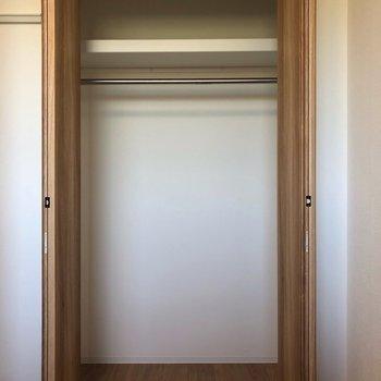 丈の長いものでもしっかり収納できそうです。※写真は2階同間取り別部屋のものです