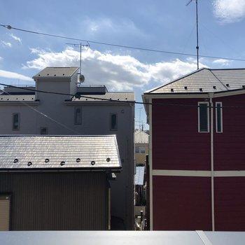 お隣の建物が見えますよ。※写真は2階別部屋の眺望です