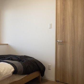 ベッドを置いて、ちょうど良いくらいの広さ。※写真はモデルルーム、2階同間取り別部屋のものです