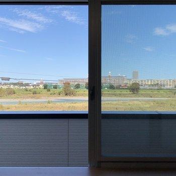 多摩川の河川敷を眺めることができます。※写真は2階別部屋の眺望です