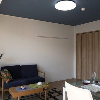 天井は深いブルー!※写真はモデルルーム、2階同間取り別部屋のものです
