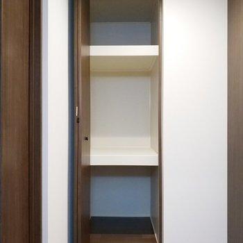 廊下にはたっぷりと使える収納が!