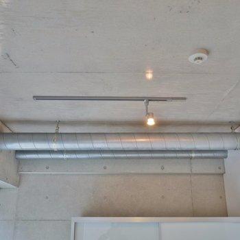 シーリングライトのコンクリむき出しの天井※写真は3階のお部屋のものです。