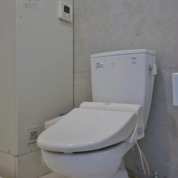 ウォシュレット付きのトイレ※写真は3階のお部屋のものです。