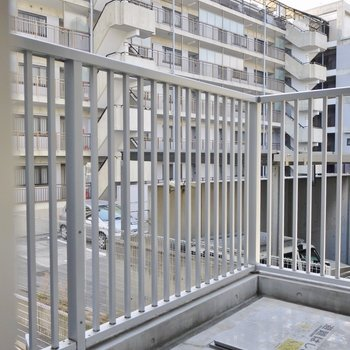 バルコニーは普通サイズ※写真は3階のお部屋のものです。