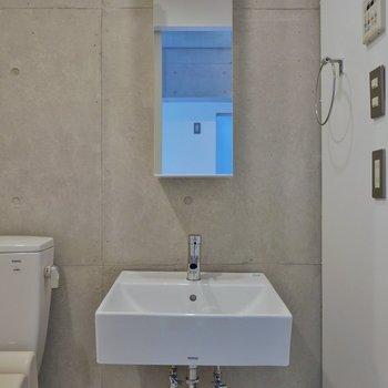 シャープにきめた洗面台の横には※写真は3階のお部屋のものです。