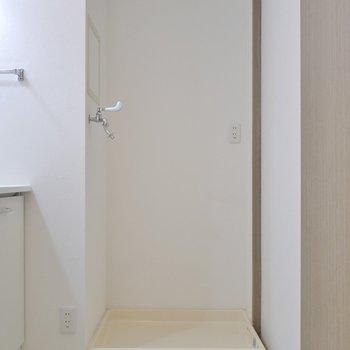 お隣は洗濯置場。※写真は同タイプ別部屋のものです。