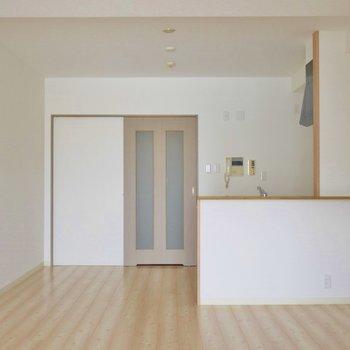 温かい空間が広がるリビングルーム。※写真は同タイプ別部屋のものです。