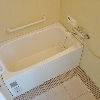 手すり付きのバスルーム。※写真は同タイプ別部屋のものです。