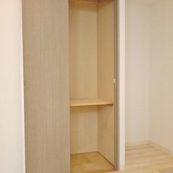 下駄箱はありませんが、物入れが付いてます。※写真は同タイプ別部屋のものです。