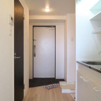 黒の玄関タイルが素敵。※写真は6階のお部屋のものです