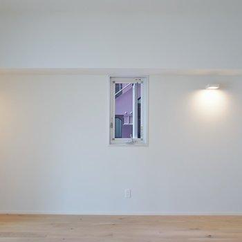 角部屋、出窓にかわいい照明。※写真は404号室のもの