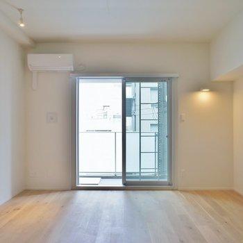 無垢床とコンクリートの相性もバッチリ。※写真は404号室のもの