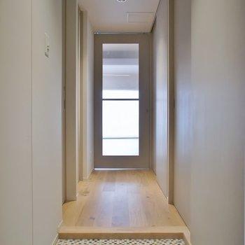 床は淡い色合いのランダムタイル。※写真は404号室のもの