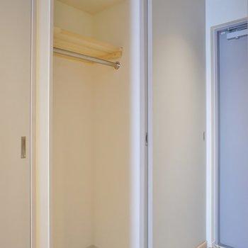 玄関横のクローゼット。※写真は404号室のもの