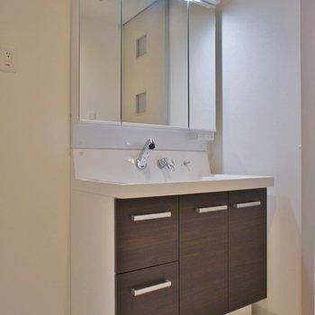 大き目な洗面スペース。※写真は404号室のもの
