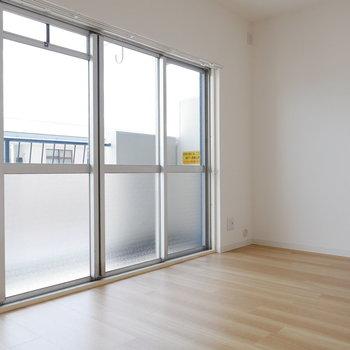 洋室は窓が大きく開放感たっぷり