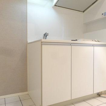 キッチンは真っ白シンプル。(※写真は反転間取りの9階・清掃前のお部屋です。)