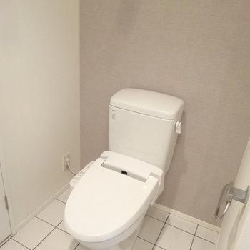 ペールグレーと白いタイルのバランスがめちゃオシャレなトイレ。(※写真は反転間取りの9階・清掃前のお部屋です。)