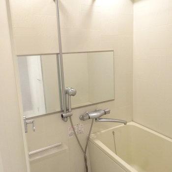 浴室もわりとゆったりしてますよ。(※写真は反転間取りの9階・清掃前のお部屋です。)