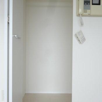 クローゼットは洋室に1つのみ。(※写真は反転間取りの9階・清掃前のお部屋です。)