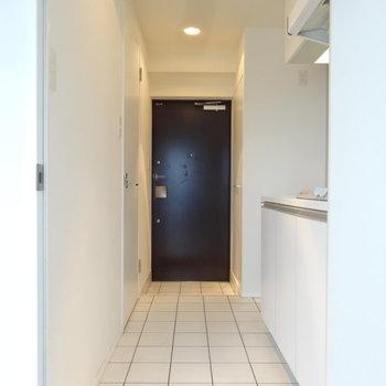 真っ白な空間に白タイル。外国っぽくて素敵。(※写真は反転間取りの9階・清掃前のお部屋です。)
