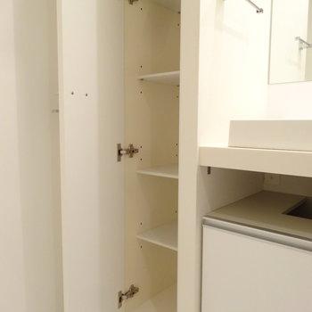 お隣には細々したものをしまえる収納があります。(※写真は反転間取りの9階・清掃前のお部屋です。)