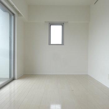 お部屋は7帖。すっきりインテリアを目指そう!(※写真は反転間取りの9階・清掃前のお部屋です。)