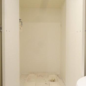 洗濯パンは扉つきです。(※写真は反転間取りの9階・清掃前のお部屋です。)