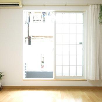 格子が可愛い窓にはレースのカーテンを*