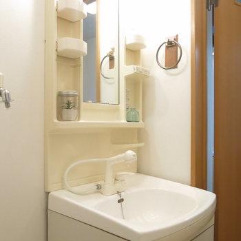 タオル掛けがおしゃれな洗面台。
