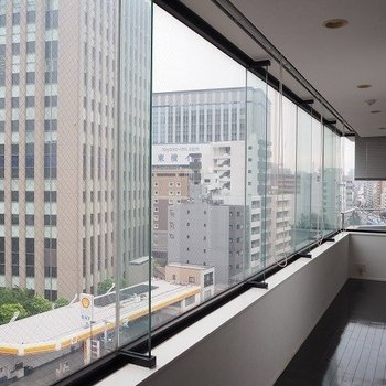 都会の空を眺めて