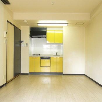 黄色のキッチンで何作る?(※写真はクリーニング前のもの)