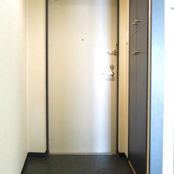 玄関には靴箱も(※写真はクリーニング前のもの)