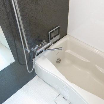 大きな鏡付きの浴室!(※写真はクリーニング前のもの)