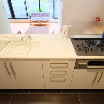 キッチンは3口グリル付き、バッチリお料理を楽しみください