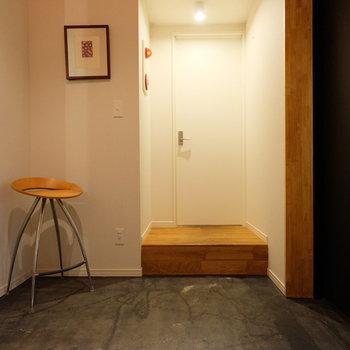 玄関は土間に、リビングと水回りはこちらを通って行き来します