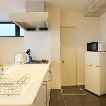 冷蔵庫、レンジ、ケトル、食器類、お料理道具をご用意しています